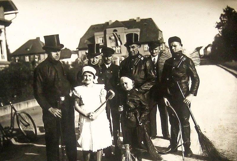kominiarze-z-chojnowa-grupa-stoi-na-ul-kilic584skiego-przy-domu-nr-15-1939_800x543